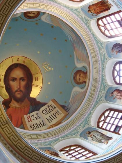 """Стенопис, наречен """"Аз есмь свет миру"""", изрисуван по свода на купола на Троицката църква на Успенския манастир в руския град Старица, Тверска област."""